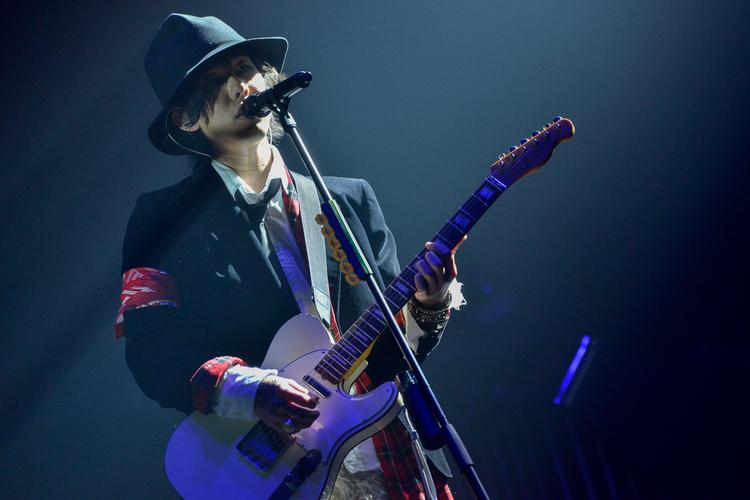 英国調ジャケットで歌うRADWIMPSの野田洋次郎