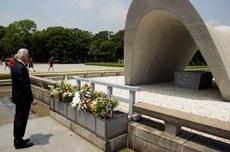 ジミー・ペイジが44年ぶりに広島を訪問、原爆慰霊碑に献花