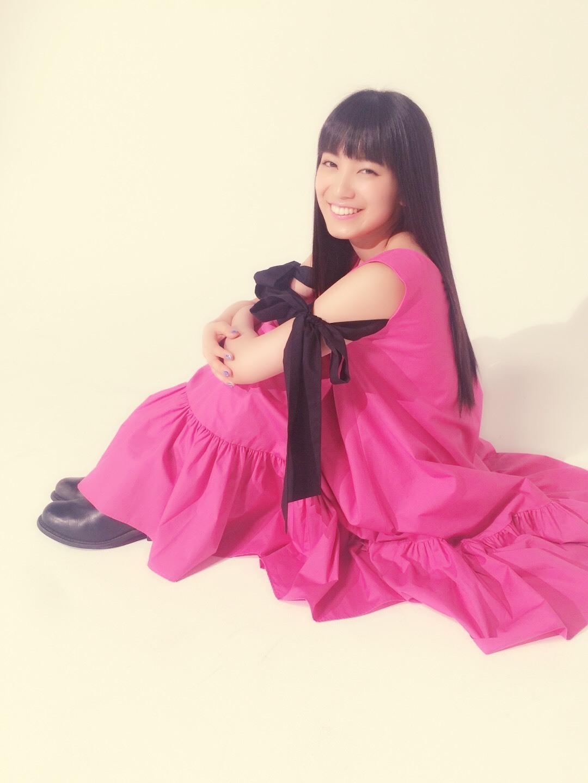 袖のリボンのデザインが印象的なピンクのワンピース姿の歌手・miwa