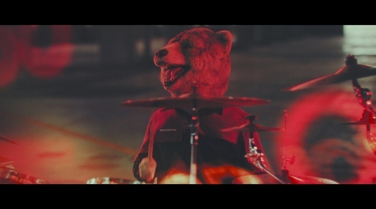 "MAN WITH A MISSION、一匹の狼が豚に立ち向かうアクションムービー仕立ての""Take Me Under""MV公開"