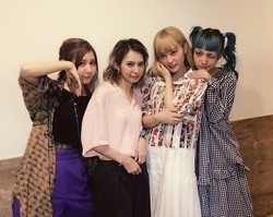 "SCANDAL、""Fuzzy Summer Mood""ツアー、セミファイナル後の4人"