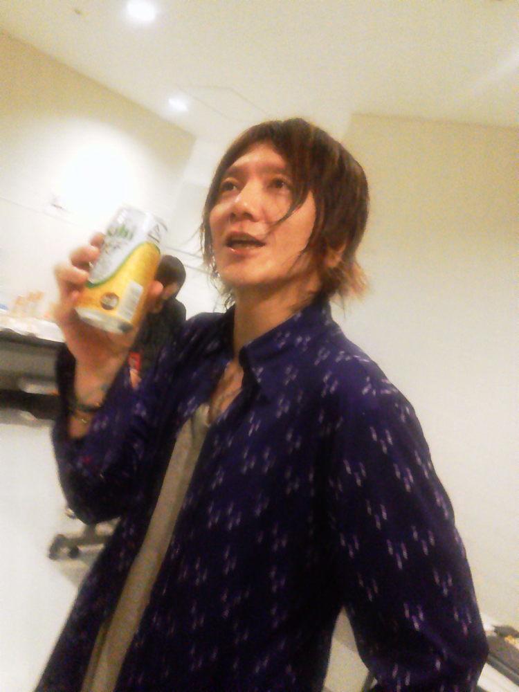 ビールを飲む吉井和哉2